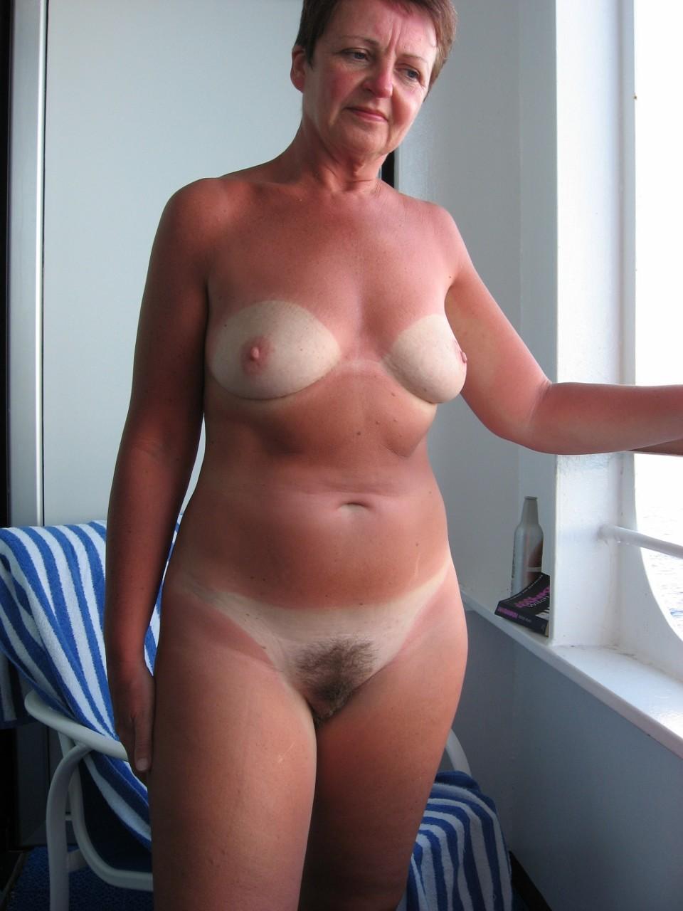 Загорелая жена с белыми сиськами