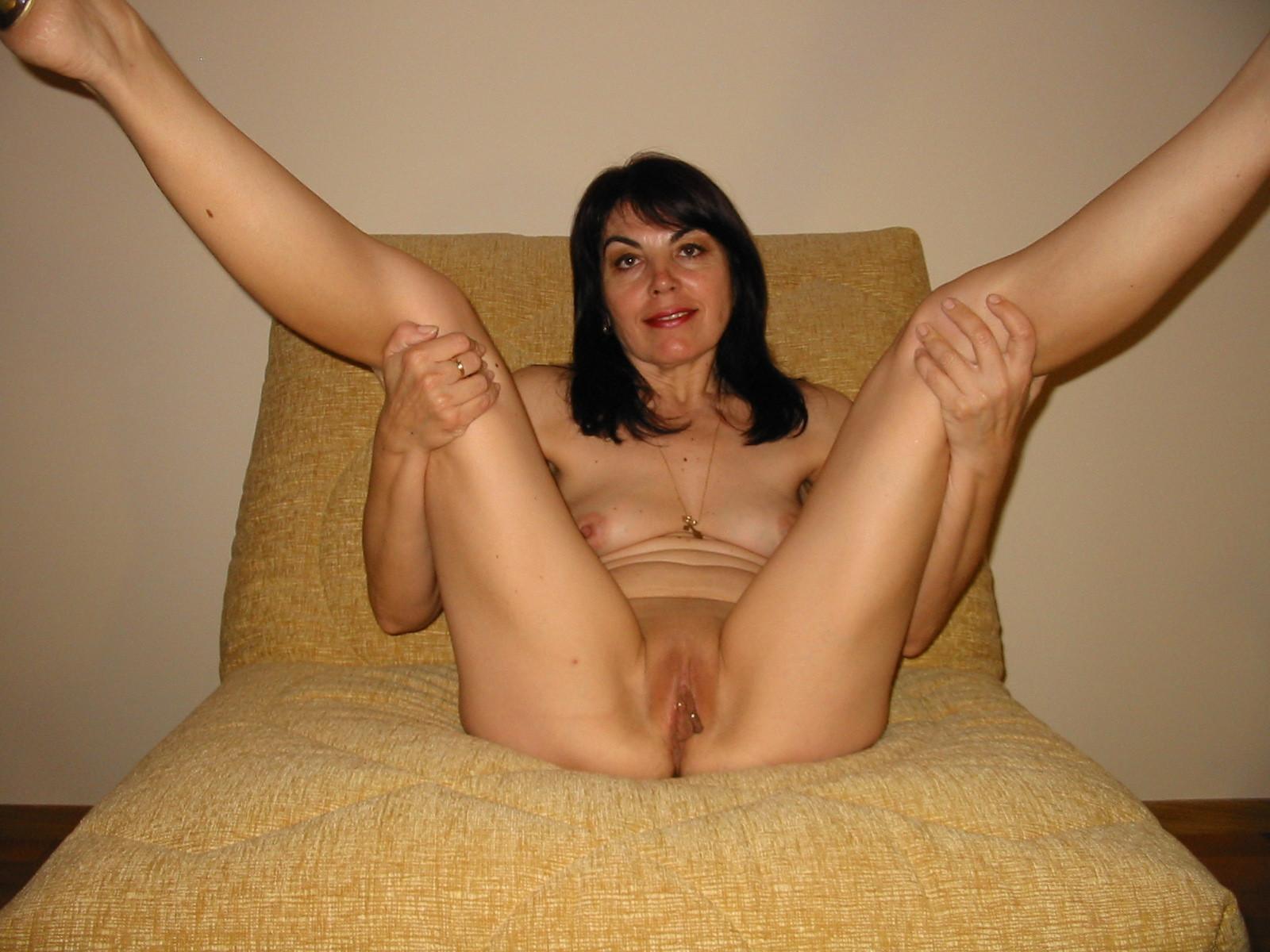 Ирина показывает выделяющиеся половые губы