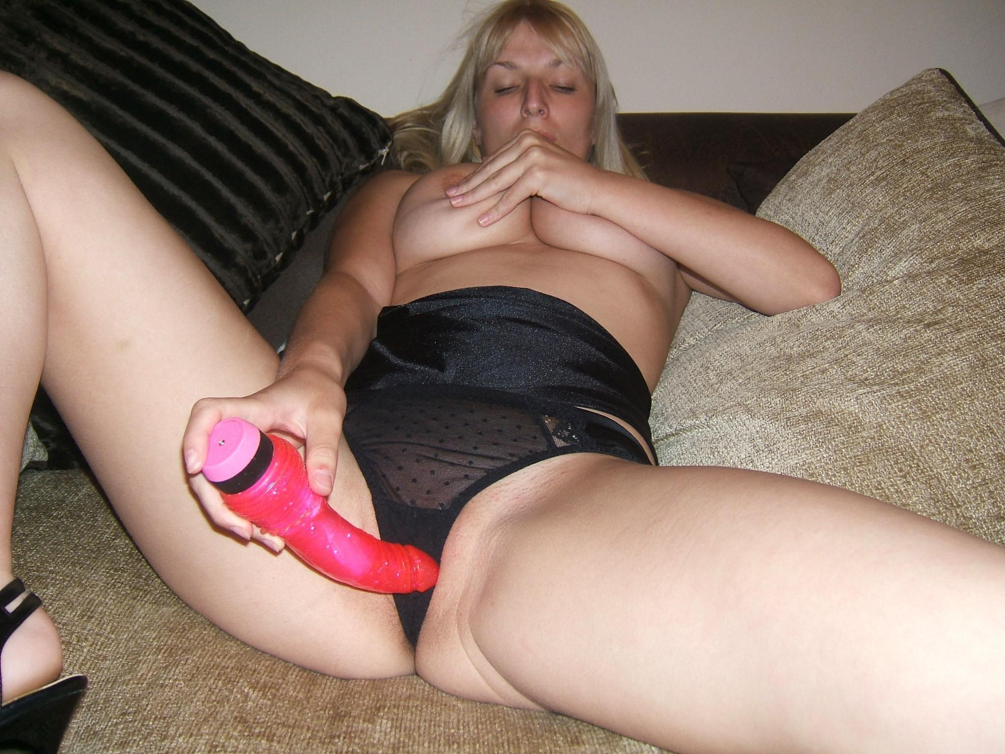 Пьяная блондинка Энди развлекает себя красным дилдо