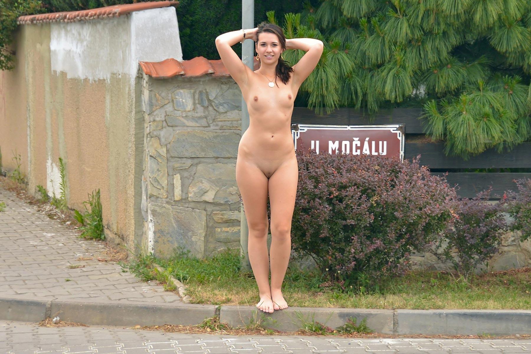 Очень милая девушка голая гуляет на улице