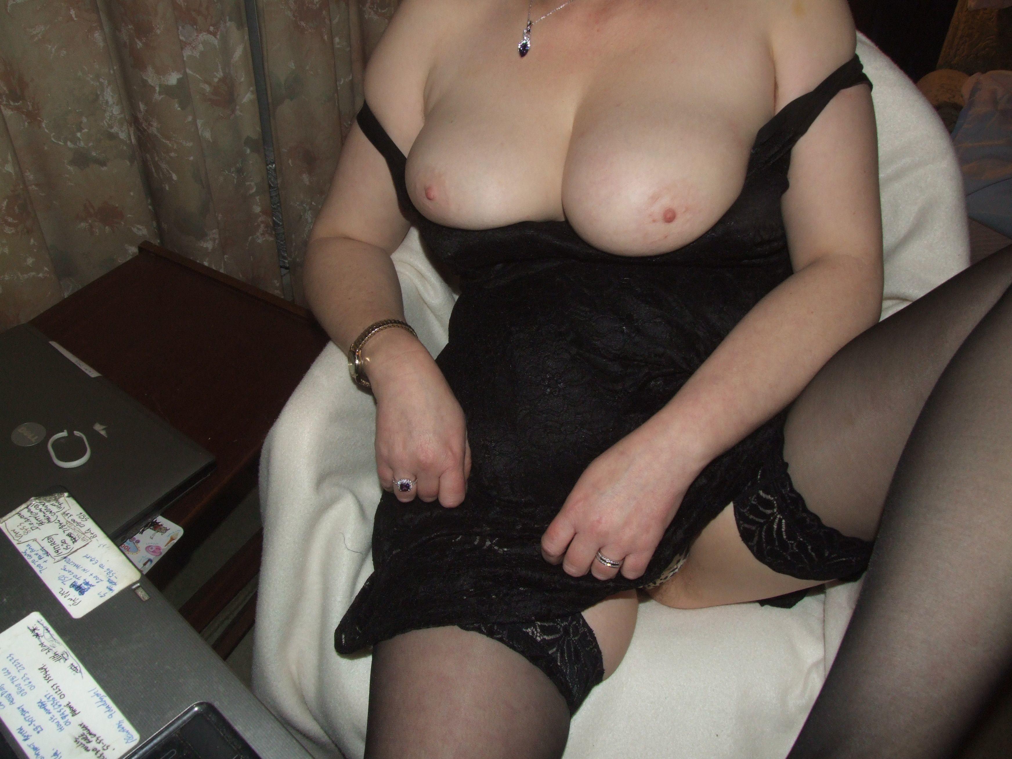 Мари в черном платье без трусов