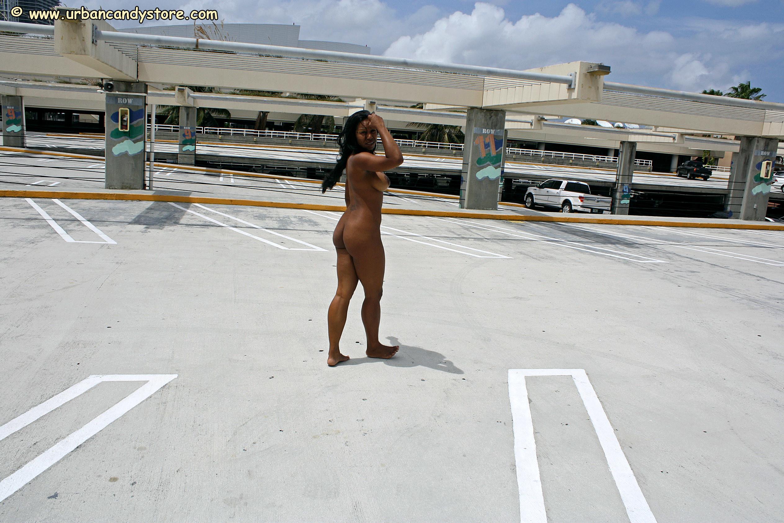Негритянка с хорошим телом гуляет голая на автостоянке