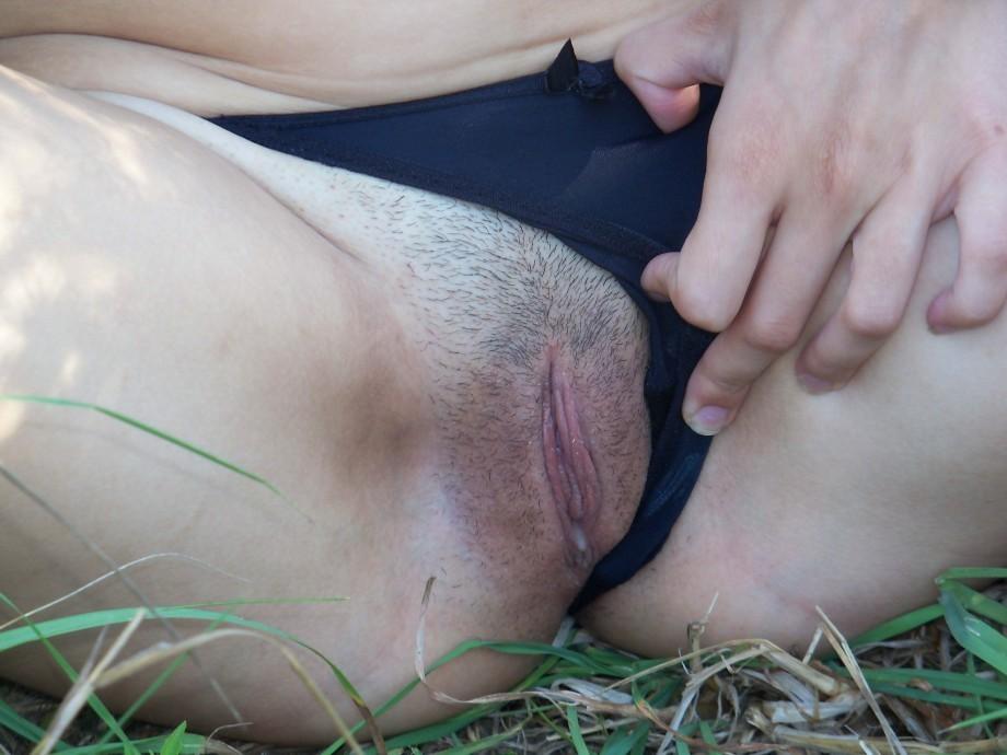 Голая брюнетка показывает вагину на природе