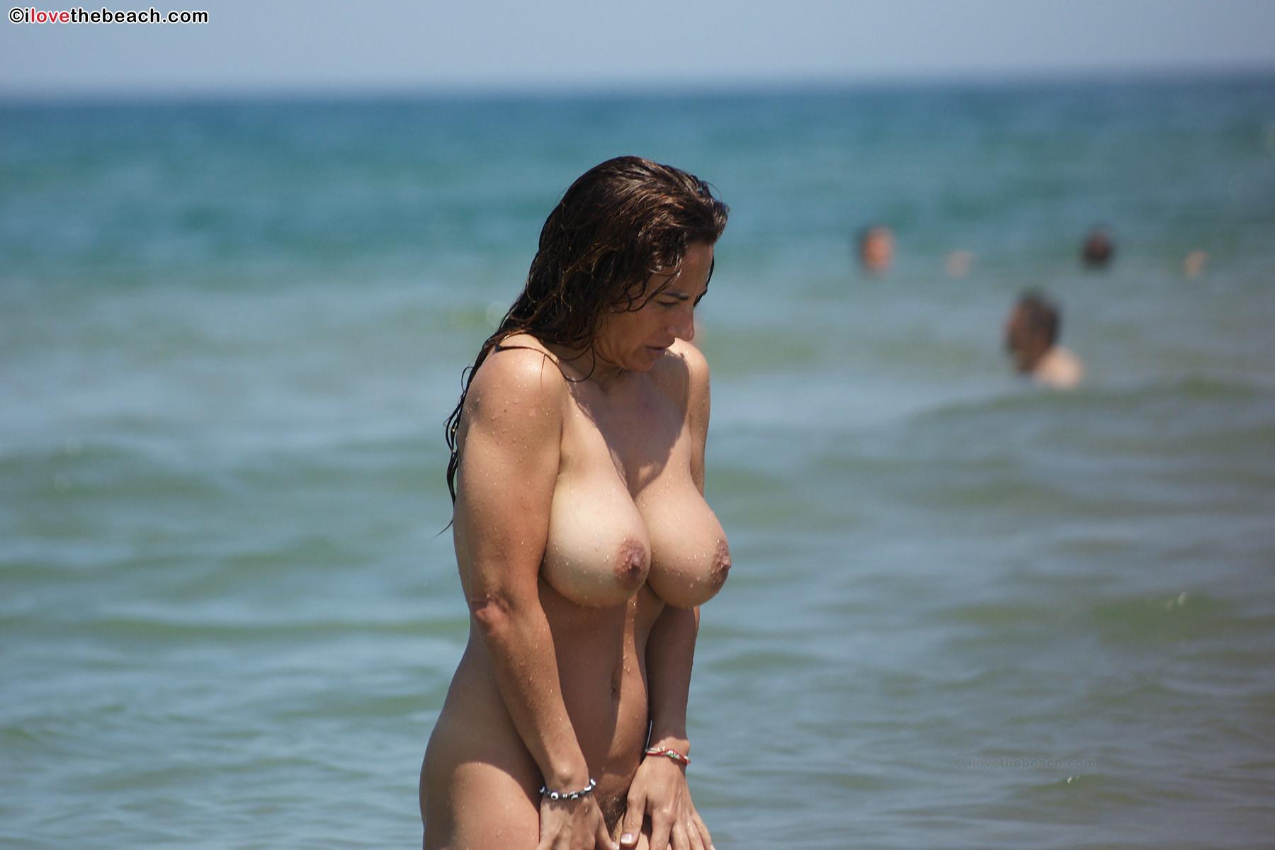 Фото голых на пляжах с большими сиськами бесплатно, Голые девушки с большой грудью на пляже 11 фотография