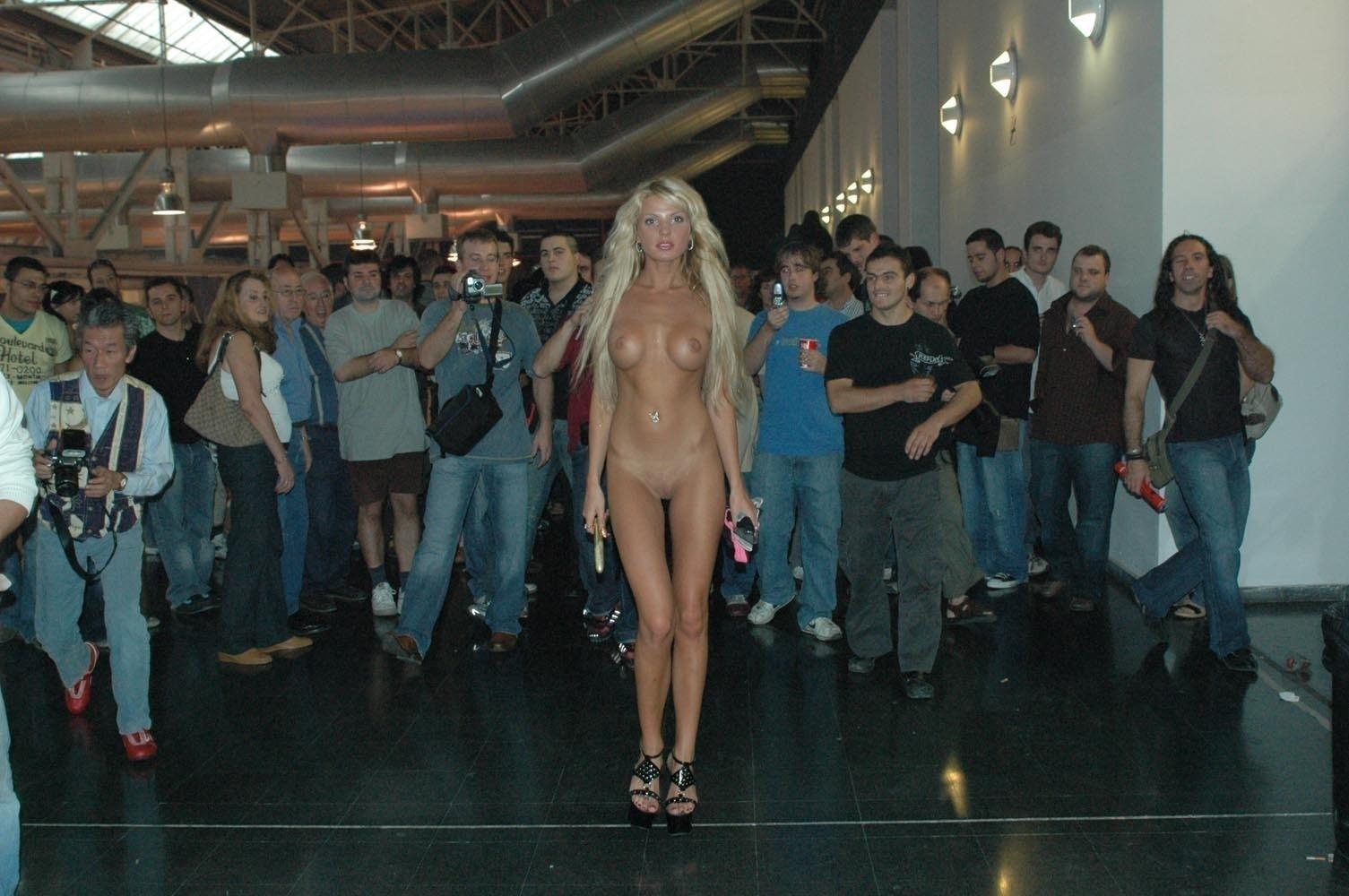 Фото голое дефиле, Голые манекенщицы на подиуме фото 11 фотография