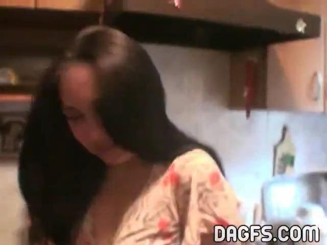 Молодые русские лесби развлекаются на кухне