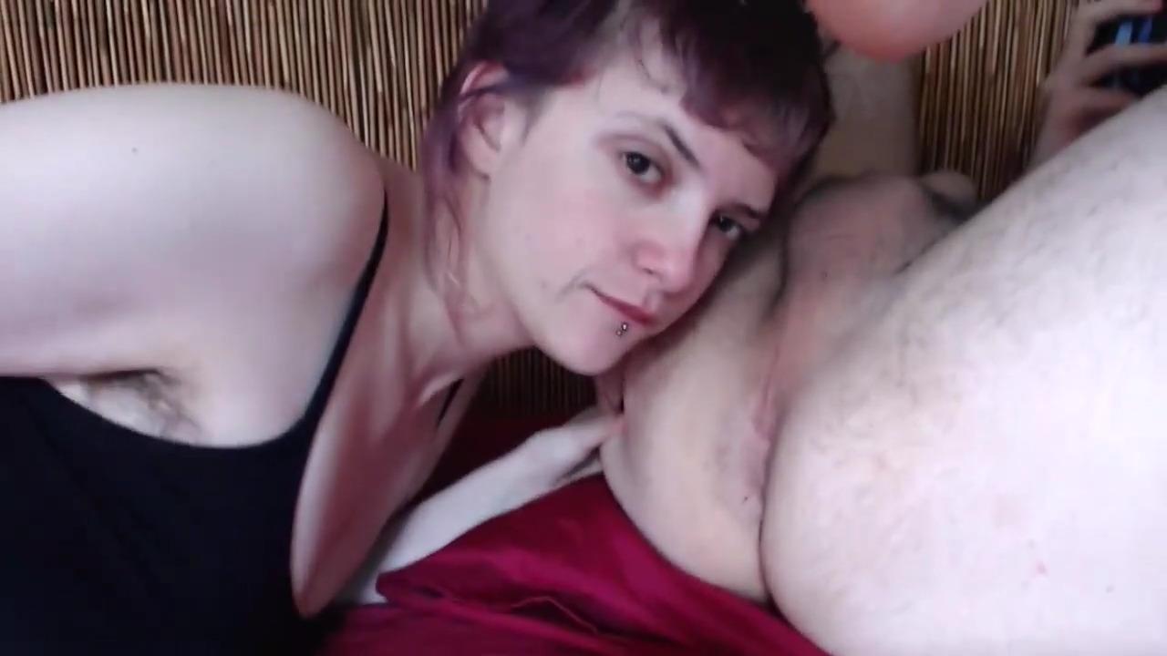 Девушка с пирсингом на губе делает римминг мужчине