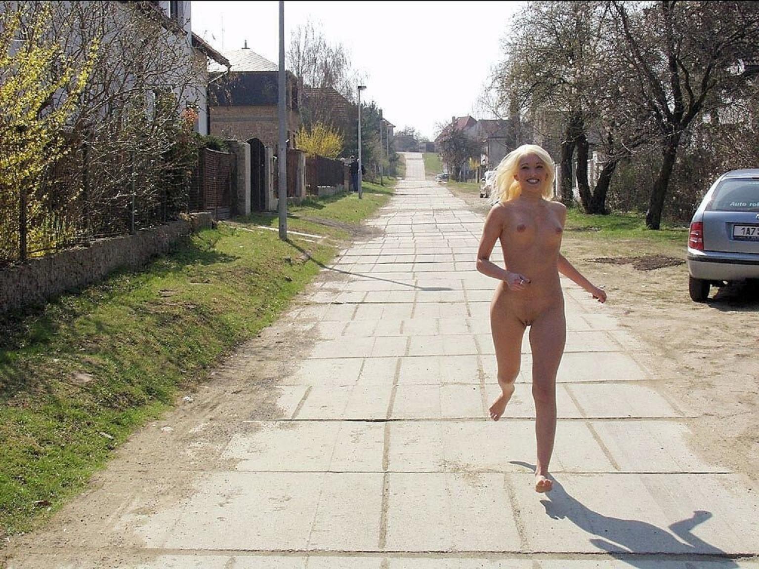 Голые девки на улице - компиляция 17
