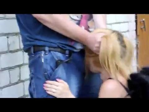 Взяв за волосы ебет в рот девушку на улице