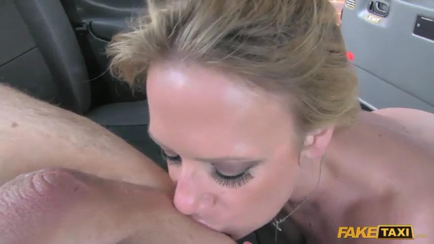 Sasha Steele лижет анус и пробует анал с таксистом