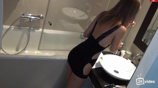 Накаченный парень трахнул худую немку в ванной