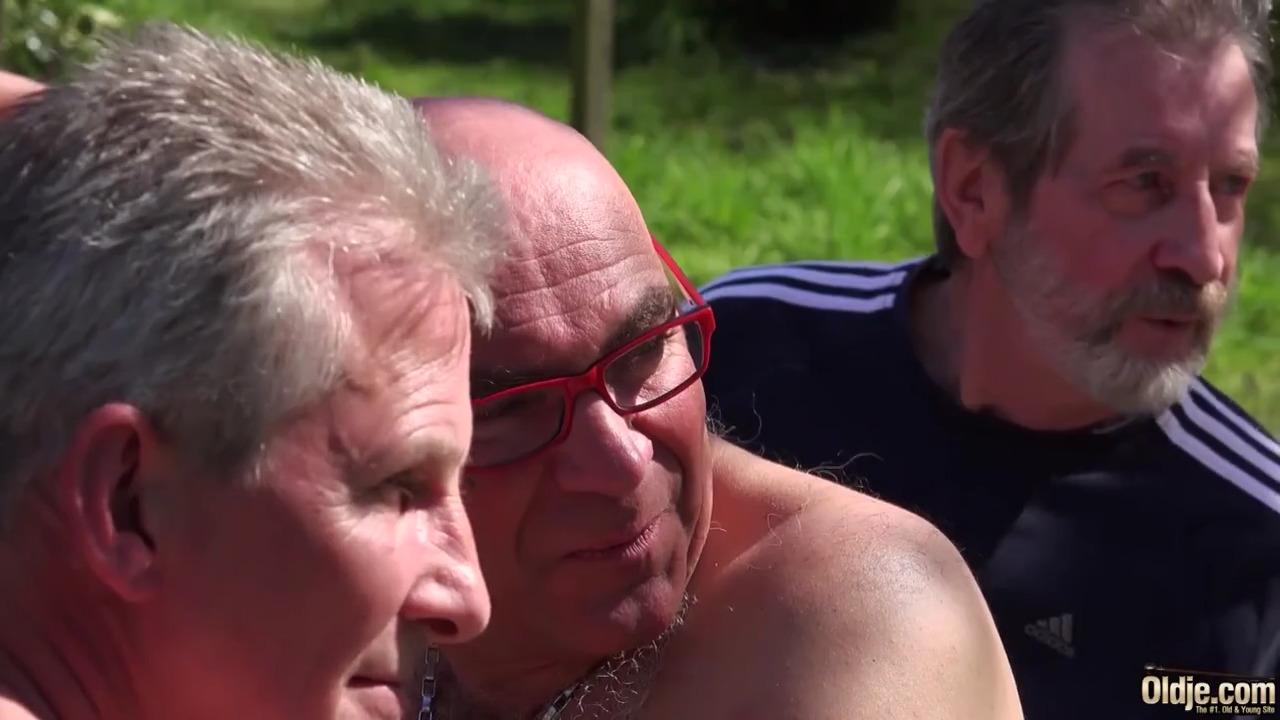 Порно толпа стариков лижут одну девушку — pic 1