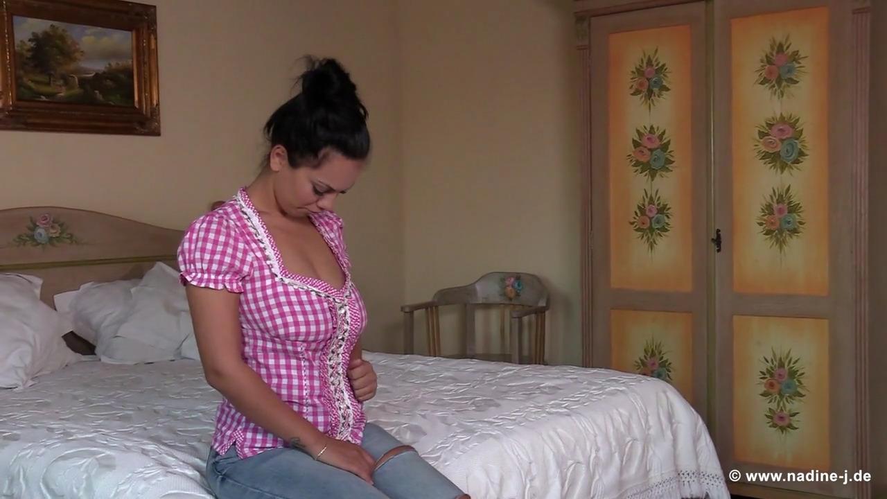 Женщина высасывает молоко из висячих сисек подружки