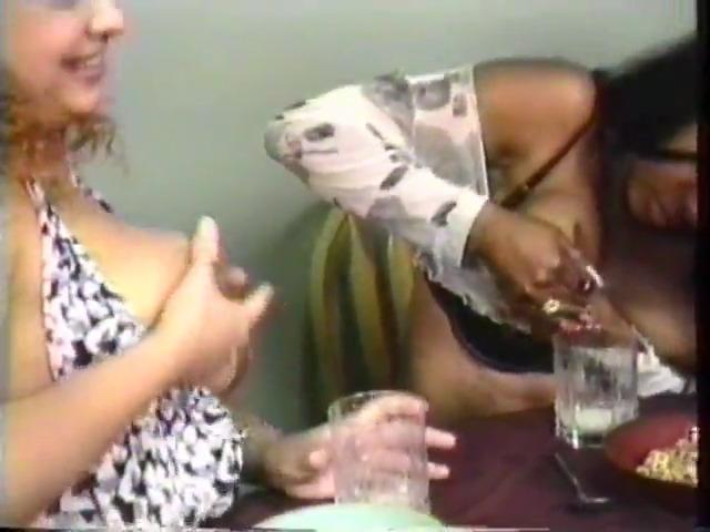 Три женщины пьют свое молоко