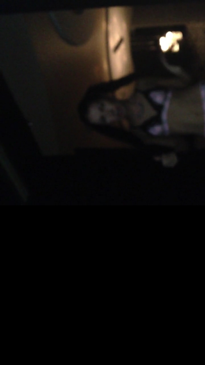 Брюнетка танцует стриптиз перед бойфрендом