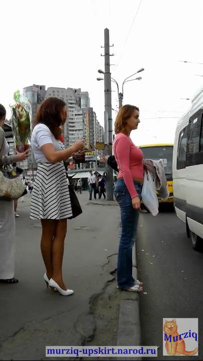 Под платьем сексуальной женщины на остановке