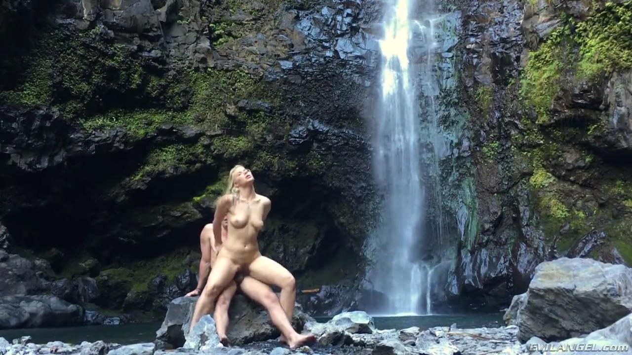 Секс с блондинкой на фоне водопада