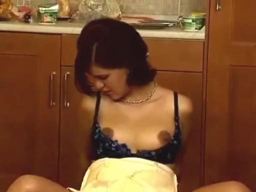 Секс с беременной брюнеткой на кухне
