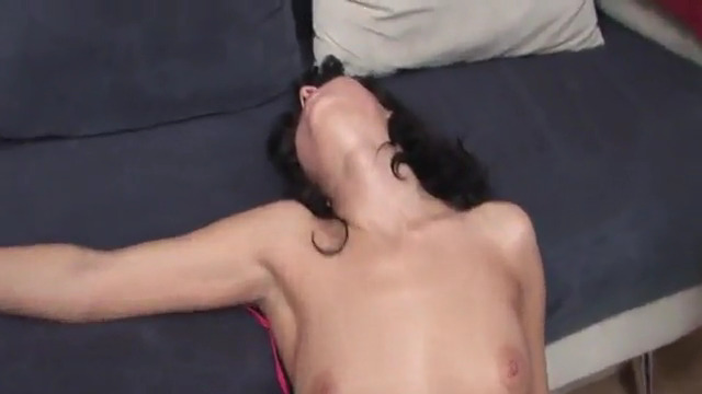 Два пацанчика чпокают симпатичную русскую девушку, которая спала в пьяном отрубоне