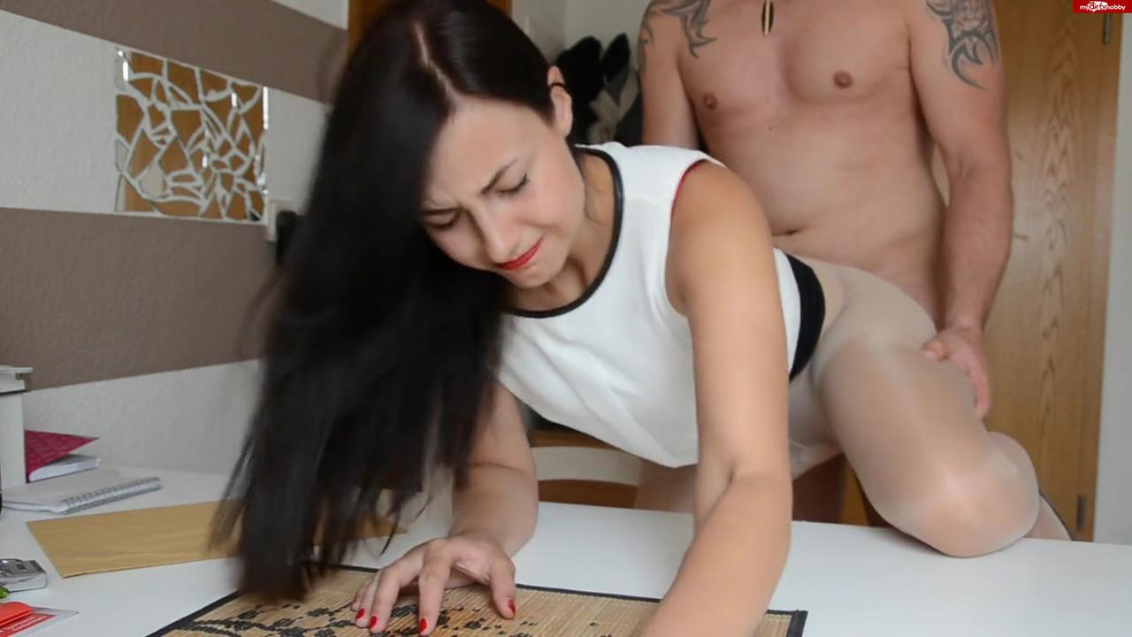 Симпатичная немка смотрела порно на работе
