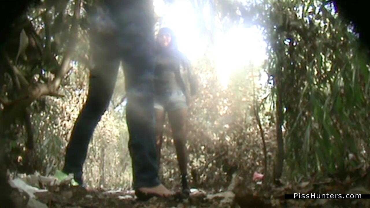 Две девушки сели пописять в кустах