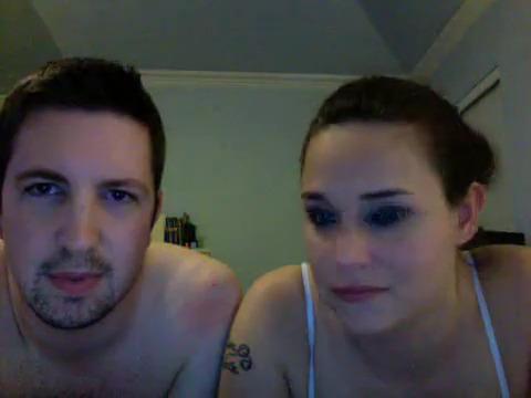 Парень и девушка оттягиваются транслируя свой секс на вебку