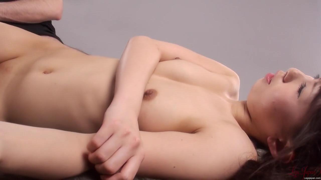 Трет членом половые губы голой японки и кончает не всовывая