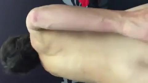 Ваня ебет жену кулаком во влагалище