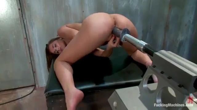 Секс машина с конским наконечником доводит Tori Black до сквирта